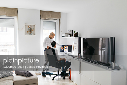 Two colleagues working on desktop pc at home - p300m2012634 von Josep Rovirosa