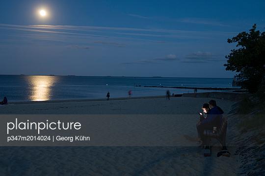 Vollmond am Strand von Föhr - p347m2014024 von Georg Kühn