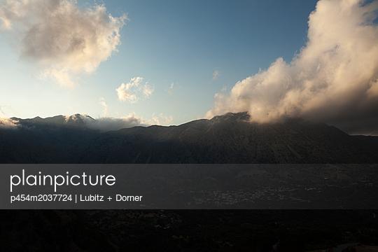 Abend in den Bergen - p454m2037724 von Lubitz + Dorner