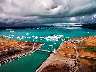 Iceland, Jökulsárlón Glacial lagoon - p1549m2158046 by Sam Green