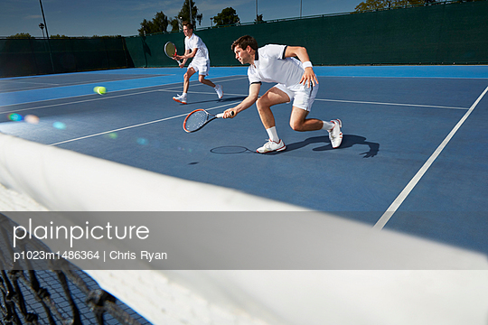 plainpicture | Photo library for authentic images - plainpicture p1023m1486364 - Young male tennis doubles p... - plainpicture/Caiaimages/Chris Ryan