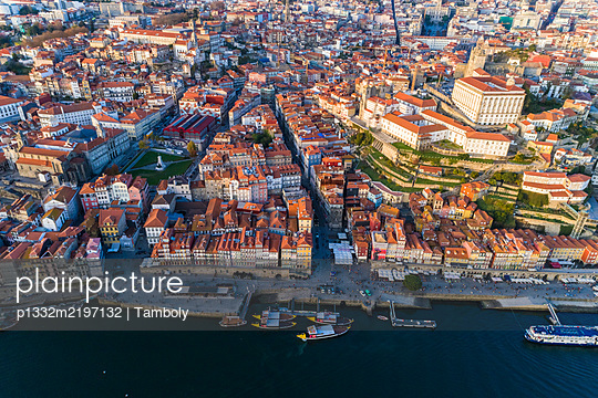 Portugal, Porto, Aerial view of the old town and Douro river  - p1332m2197132 by Tamboly