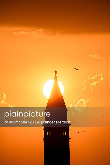Sonnenuntergang hinter dem Campanile vom Markusplatz, Venedig - p1493m1584720 von Alexander Mertsch