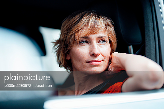 Thoughtful businesswoman looking away while sitting in car - p300m2290572 by Joseffson