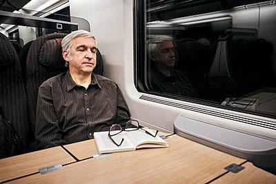 Mann Zug Nacht - p1312m2020080 von Axel Killian