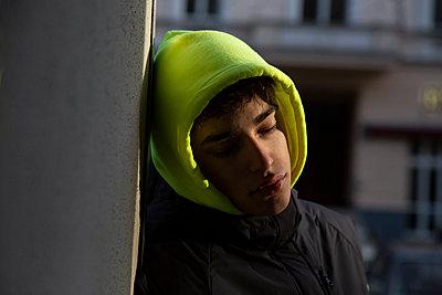 Junge mit neonfarbener Kapuze - p1650m2233712 von Hanna Sachau