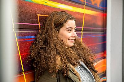 Portrait of happy eenage girl - p300m1567972 by Jo Kirchherr