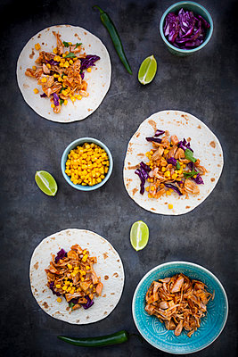 Wraps with marinated jackfruit, maize, red cabbage, coriander, lime and chili - p300m2080898 von Larissa Veronesi