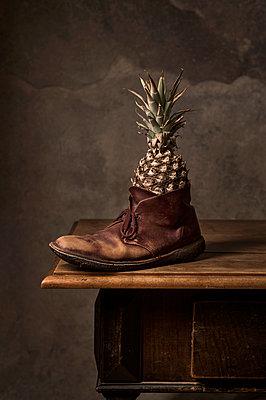 Eine Ananas in einem Schuh - p947m2178580 von Cristopher Civitillo