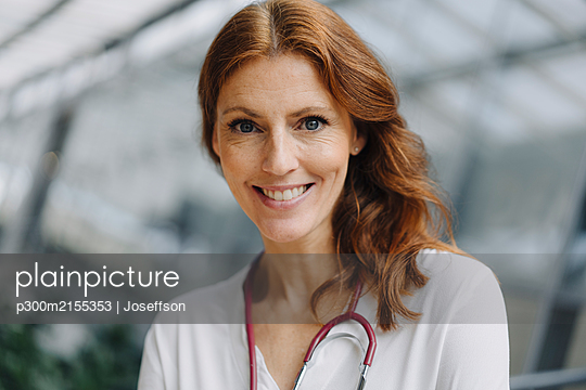Portrait of a smiling female doctor - p300m2155353 by Joseffson
