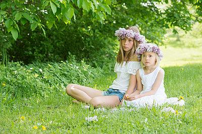 portrait of two girls with floral wreaths  - p1323m1575268 von Sarah Toure