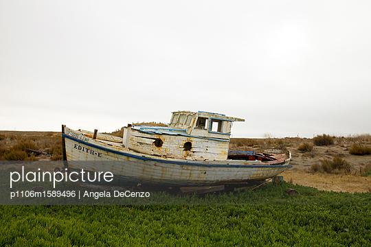 Rostiges Boot am Strand - p1106m1589496 von Angela DeCenzo