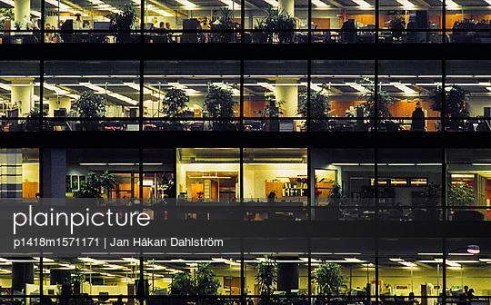 Büros am Abend - p1418m1571171 von Jan Håkan Dahlström