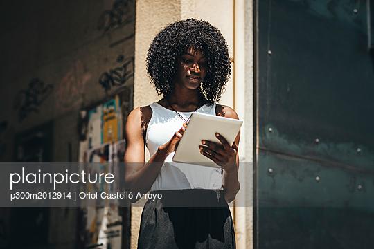 Woman using tablet - p300m2012914 von Oriol Castelló Arroyo