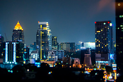 Thailand, Bangkok, Tilt shift of downtown skyscrapers at night - p300m2198304 by Giorgio Fochesato