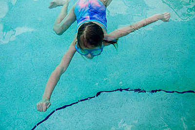 Girl swimming in pool, overhead view - p924m734670 by Sioux Nesi