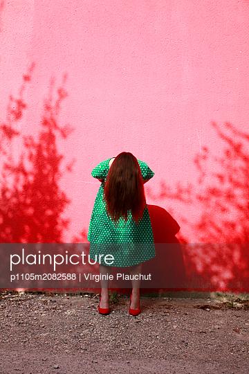 Woman wearing green dotted dress - p1105m2082588 by Virginie Plauchut