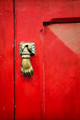 Red door with brass doorknocker - p1248m1451987 by miguel sobreira