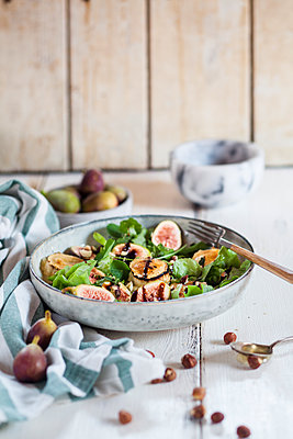 Platter of green salad with figs, Crema di Balsamico, honey hazelnuts and baked goat cheese - p300m1505495 by Susan Brooks-Dammann
