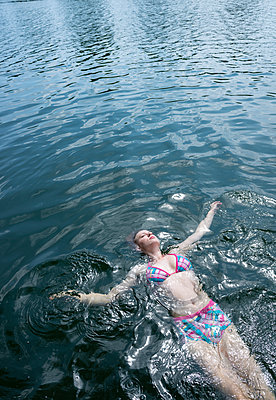 Woman in bathing lake - p427m2108917 by Ralf Mohr