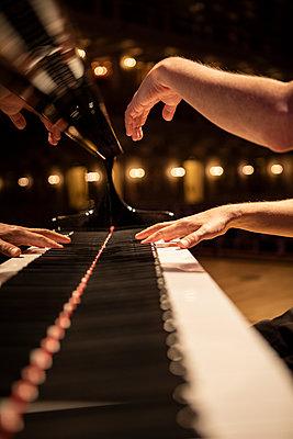 Hände beim Klavierspiel, Nahaufnahme - p713m2284023 von Florian Kresse