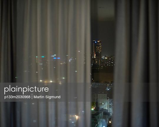 Großstadtlichter bei Nacht - p133m2030968 von Martin Sigmund