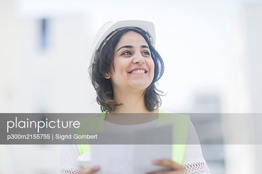 Female construction engineer during work - p300m2155755 by Sigrid Gombert