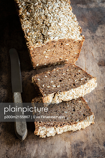 Loaf of Rhenish rye bread with sourdough - p300m2155867 by Eva Gruendemann