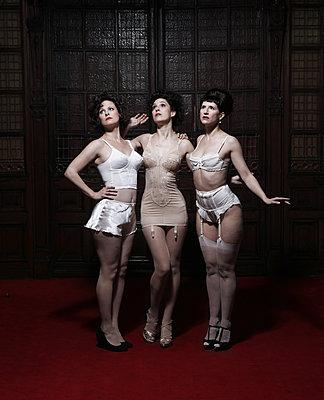 Drei Frauen in Mieder - p1081m1586138 von Cédric Roulliat