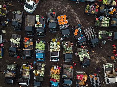 Aerial view of fruit market - p1166m2095138 by Cavan Images