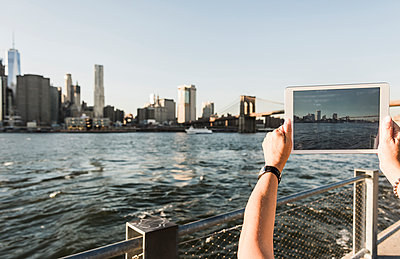 USA, Brooklyn, woman taking picture of Manhattan skyline with tablet, close-up - p300m1205304 by Uwe Umstätter