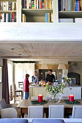 Family make Christmas preparations in kitchen of Wiltshire farmhouse - p349m790813 by Polly Eltes