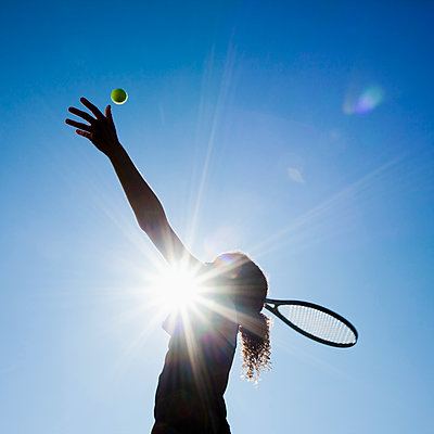 Caucasian woman playing tennis - p555m1478299 by Mike Kemp