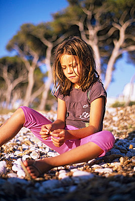 Girl playing on the beach - p885m858510 by Oliver Brenneisen