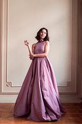 Frau im langen lila Abendkleid - p947m2192798 von Cristopher Civitillo