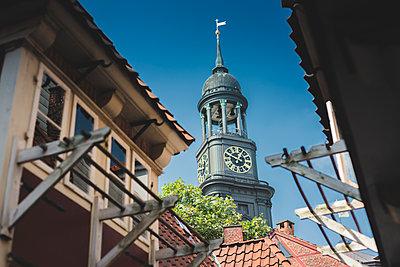 Blick auf Michel von den Krameramtsstuben, Hamburg II - p1493m1584669 von Alexander Mertsch