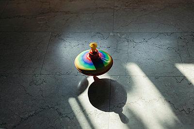 Spinning top - p1683m2272555 by Luisa Zanzani