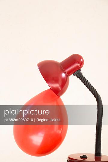 Ballon an einer Schreibtischlampe - p1682m2260710 von Régine Heintz