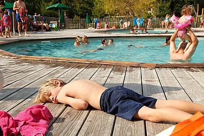 Pause am Pool - p249m970456 von Ute Mans