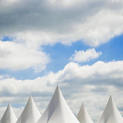 Spitze Zeltdaecher unter Himmel - p416m784649 von Thomas Schaefer