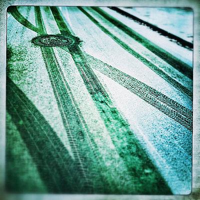 Reifenspuren im Schnee - p586m781005 von KNSY Bande