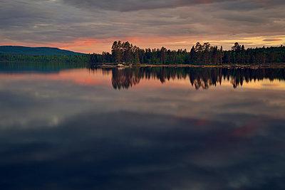 Dramatischer Himmel überm See - p715m880634 von Marina Biederbick