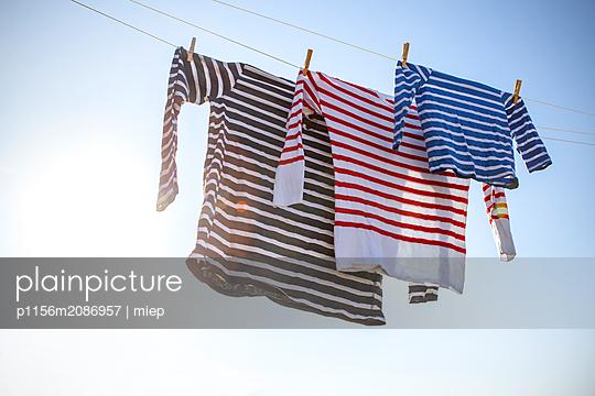 Wäsche an Wäscheleine - p1156m2086957 von miep