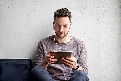Mann benutzt Tablet-PC - p1124m1511026 von Willing-Holtz
