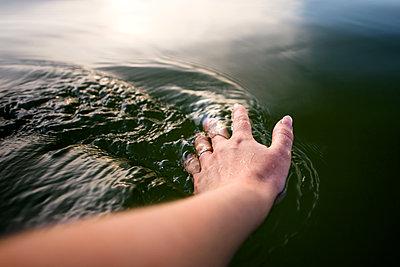 Frauenhand berührt Wasser - p1396m1441683 von Hartmann + Beese