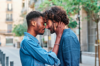 Affectionate gay man and boyfriend with eyes closed - p300m2287222 by Alvaro Gonzalez
