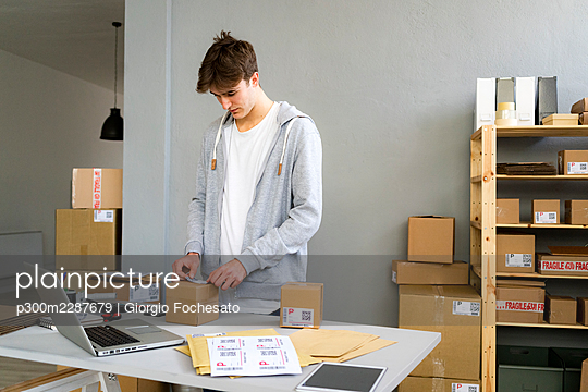 Man working with packages and deliveries - p300m2287679 von Giorgio Fochesato