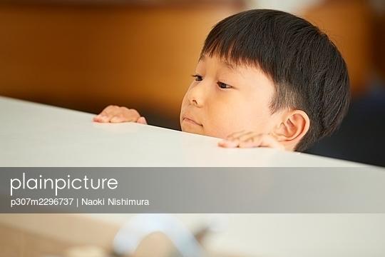 Japanese kid at home - p307m2296737 by Naoki Nishimura
