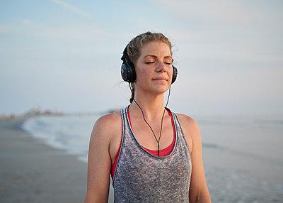 Sportlerin am Strand - p1124m1460751 von Willing-Holtz