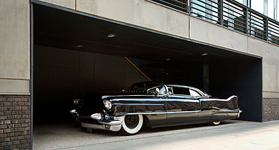 US classic car in front of modern architecture - p1198m2272497 by Guenther Schwering